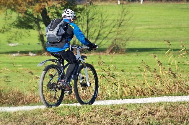 ciclista con ropa de invierno