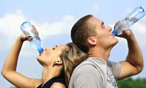 pareja bebiendo agua